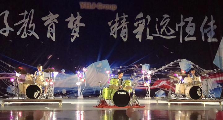 首先带来的是由架子鼓及中国舞四级班共同组成60人的开场舞,为本次艺术节活动拉开了序幕,跟我们嗨起来吧! 像一颗海草海草海草海草。随波飘摇,像一颗海草海草,浪花里舞蹈...... 伴随着音乐《海草》响起来,一群欢乐的孩子们和架子鼓踩着节奏灵活地摆动起来。  主持人闪亮上场,由小主持人二级班魏老师和小主持初级班陈老师及学生同台主持,共25人组成一道美丽的风景线,在主持人热情洋溢的解说下,各项表演悉数登场。 第一篇章《育佳子》  中国舞三级班《天天向上》 《好好学习,天天向上》这句话我们要牢记在心上,为父母争