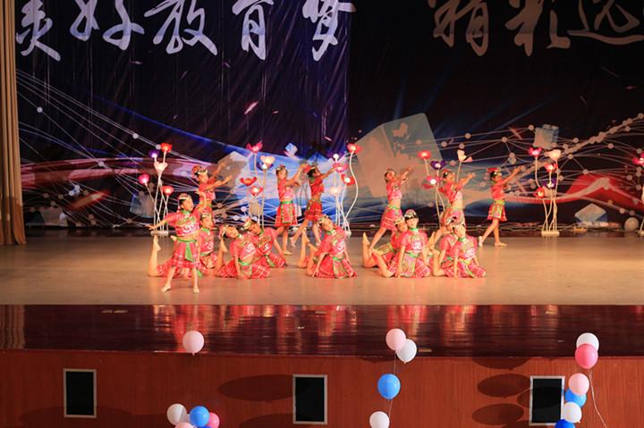 一群可爱的苗族小姑娘,她们穿着节日的盛装,跳起了欢快的舞蹈.